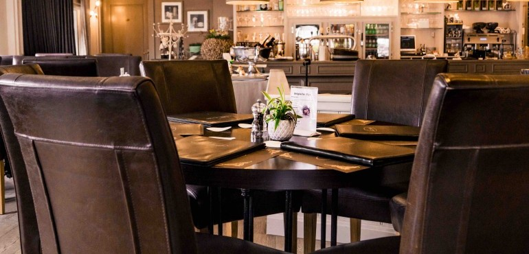 Brasserie 't Straatje ( meer dan 6 p, bel 014261003 )